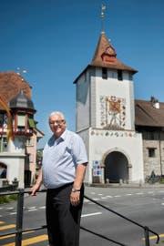 Peter Gabriel, OK-Präsident des Kantonalen Musikfestes, vor dem Luzernertor im Städtli Sempach. (Bild Boris Bürgisser)