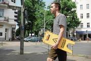 Millionenfach findet man die gelben Rutschgefahr-Schilder auf der Welt verteilt – auch an der Nassauischen Strasse in Berlin. Der Zuger Kulturschaffende Remo Hegglin will mit «Slippery World» die Menschheit vor drohender Sturzgefahr warnen.