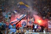 Im Fan-Sektor der Luzerner: Im Spiel gegen den FC Basel vom 20. August wird Feuerwerk gezündet. (Bild: Philipp Schmidli/Neue LZ)