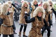 Frauen sind als Tina Turner verkleidet. (Bild Philipp Schmidli/Neue LZ)