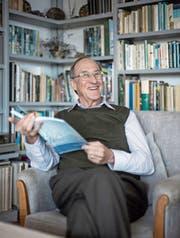 Bruno Bruderer (75) bei sich zu Hause mit seinem neusten Buch. (Bild: Pius Amrein (Sursee, 7. April 2017))
