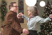 Für die Eltern Charlotte (Diane Keaton) und Sam (John Goodman) gibt es doch noch Momente glücklicher Zweisamkeit. (Bild: PD)