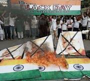 In Pakistan brannten am Unabhängigkeitstag indische Flaggen. (Bild: K. M. Chaudary/Key (Lahore, 15. August 2017))