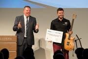 Jungunternehmer Silvan Küng (rechts) nahm vom Moderator Oliver Kuhn den Neuunternehmerpreis der Luzerner Gewerbe-Treuhand entgegen. (Bild Dominik Wunderli)