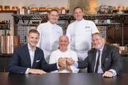 Handschlag: (von links) Robert P. Herr, General Manager, Bertrand Charles, Chef de Cuisine, Marc Haeberlin, Mike Wehrle, Culinary Director und und Bruno H. Schöpfer, Managing Director. (Bild: PD/Severin Nowacki)