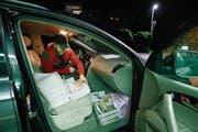 Neben sich im Auto stapelt er griffbereit die rund 260 Zeitungen und Magazine, die er sechsmal die Woche am frühen Morgen verteilt. Eigens für unseren Fotografen hat er auf das Tragen einer Warnweste verzichtet, die zum Equipment der Frühzusteller gehört. (Bild: Stefan Kaiser (26. Juli 2017))