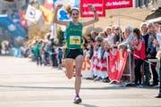 Flavia Stutz hat Grund zum Jubeln: Sie läuft als Erste ins Ziel. (Bild: Philipp Schmidli / LZ (Willisau, 23. September 2017))