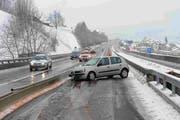 Auf der Autobahn A2 musste eine Spur gesperrt werden, um das verunfallte Fahrzeug bergen zu können. (Bild: PD)