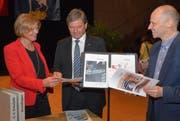 Projektleiterin Ruth von Rotz (links) bei der Übergabe des Lehrplan 21 an die Lehrpersonen in Hergiswil. (Bild: Romano Cuonz / Neue NZ)