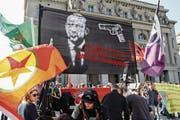 «Tötet Erdogan mit seinen eigenen Waffen». Demonstranten in Bern. (Bild: Peter Klaunzer/Keystone (Bern, 25. März 2017))