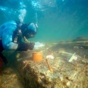 Unter Wasser verbergen sich Überreste jahrtausendealter Pfahlbauten. (Bild: PD)