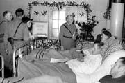 General Guisan besucht am 24. Dezember 1940 kranke Soldaten in der Sanitätsanstalt Interlaken. Im Bild sind aber nicht die Öl-Soldaten. (Bild: Keystone)
