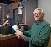 Hermann Jossen, Regisseur des Theaters St. Karl, gibt den Bühnenbauern Anweisungen. (Bild: Corinne Glanzmann (Luzern, 17. März 2018))