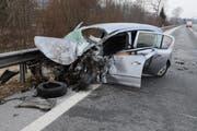 Den Zusammenstoss mit dem Lastwagen hat der Fahrer dieses Autos nicht überlebt. (Bild: Luzerner Polizei)