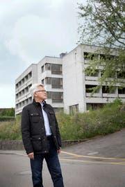 Gemeinderat Cornelius Müller steht vor dem Gebäude, auf dem Sunrise eine Mobilfunkantenne erstellen möchte. (Bild Manuela Jans)