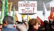 Demonstranten protestierten in Bern gegen den türkischen Präsidenten Recep Tayyip Erdogan. Bild: Peter Klaunzer/EPA (Bern, 25. März 2017)