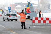 Sie sind an der Baarer Fasnacht unabdingbar: Die Verkehrs- und Parkhelfer. Einer von ihnen ist Patrick Rüttimann. (Bild Roger Zbinden)