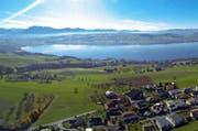 Blick auf den Sempachersee, links Sempach. Der Verband Luzerner Gemeinden und vier regionale Entwicklungsträger haben in Ruswil eine gegenseitige Absichtserklärung unterzeichnet. (Bild René Meier)