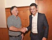 Co-Präsident Sepp Stalder (links) gratuliert dem Co-Präsidenten Christian Schäli zur Nomination. (Bild: Romano Cuonz (Kerns, 13. Dezember 2017))