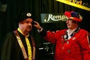 Roger I. bekommt von Präsident Roland Lacher den Napoleon-Hut. (Bild Werner Schelbert/Neue ZZ)
