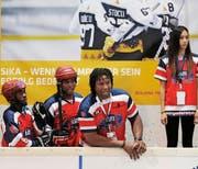 Der haitianische Streethockey-Coach Georges Laraque (rechts) an der Bande der Zuger Bossard-Arena. Bild Stefan Keiser (Bild: Stefan Kaiser / Neue ZZ)