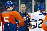 Trotz eisigen Temperaturen gefällt Ralph Krueger die Arbeit in Edmonton: «Ich habe hier einen tollen, spannenden Job.» (Bild: AP/The Canadian Press, Jason Franson)