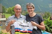 Doris und Sepp Indergand präsentieren das Weltmeistertrikot ihrer Tochter Linda. (Bild Josef Mulle)