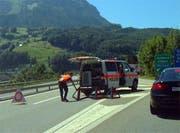 Die Polizei leitet den Verkehr nach Süden bei Ingenbohl ab. (Bild: Leserbild Bote der Urschweiz)