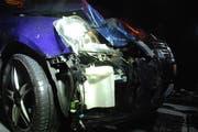 Das Auto wurde beim Aufprall mit dem Kalb beschädigt. (Bild: pd)