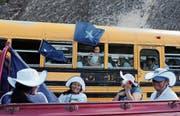 Anhänger des Präsidenten fahren in einem ausrangierten US-Schulbus zu einer Wahlkampfveranstaltung. (Bild: Rodrigo Abd/AP (Tegucigalpa, 19. November 2017))