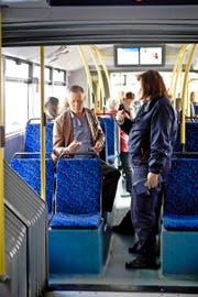 Billettkontrolle gestern in einem VBL-Bus in Luzern. (Bild Manuela Jans)