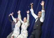 Johnny Burn zeigt mit den Pure-Tänzerinnen, wie Mann beim Tanzen Spass haben kann. (Bild: Pius Amrein)