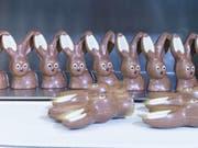 Schoggihasen-Produktion bei Chocolat Frey: 2017 produzierte die Migros-Tochter allein für den Schweizer Markt rund 5 Millionen Hasen. (Bild: Chocolat Frey AG)