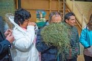 Die Kakaobauern Maria del Pilar Castillo und Oswaldo del Castillo nehmen eine Nase voll Schüpfheimer Heu.Bild: Dominik Wunderli (Schüpfheim, 21. November 2016)