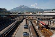 Eine Idee: Die Busse sollen über den Geleisen des Bahnhofs Luzern halten. (Archivbild Neue LZ)