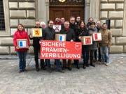 SP-Vertreter haben weit über 5000 Unterschriften für ihre Initiave «Sichere Prämienverbilligung – Abbau verhindern» eingereicht. (Bild: PD (Luzern, 2. Februar 2018))