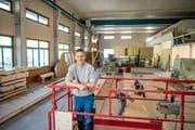 Oben: Junior-Chef Matthias Koller in der Halle der Koller Poly-Holzbau AG, die er in wenigen Monaten wieder vollständig in Betrieb nehmen wird.