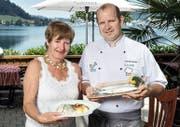 Felchenfilet nach Zuger Art in Vollendung: Romy Grunder mit Sohn Patrick vom Restaurant Buechwäldli in Morgarten am Ägerisee. (Bild Pius Amrein.)