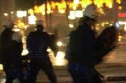 Die Polizei im Einsatz bei Fussball-Randalen. (Archivbild Fabian Biasio/Neue LZ)