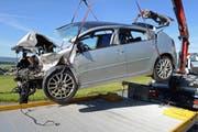 Dieses Auto ist nach dem Unfall nur noch Schrott. (Bild: Luzerner Polizei)