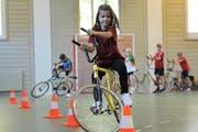 Im Herbst wird es keine Sportwoche für Urner Schüler geben. Im Bild: Eine Schülerin beim Radball. (Archiv) (Bild: Urs Hanhart / Neue UZ)