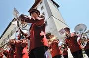 In Uniform trotzen sie der Hitze: Die Musikgesellschaft Emmen beim gestrigen Auftritt der Parademusik am kantonalen Musikfest in Sempach. (Bild Nadia Schärli)