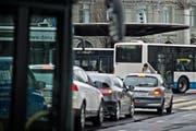 Bleiben oft im Stau stecken: Busse der Verkehrsbetriebe Luzern, hier beim Bahnhofplatz (Archivbild). (Bild: Pius Amrein)