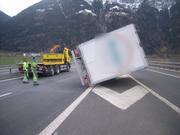 Eine Windböe legte den Anhänger eines Lieferwagens auf die Seite. (Bild: PD)