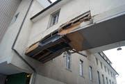 Die Überführung wurde stark beschädigt. (Bild: Zuger Polizei (Unterägeri, 21. Dezember 2017))