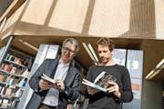 Bibliotheksleiter Josef Birrer (links) und sein Stellvertreter Tobias Schelling in der Stadtbibliothek.Bild: Nadia Schärli (Luzern, 3. November 2016)