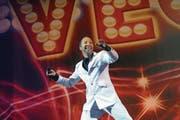 Seinen Stil hat er in den 25 Jahren sanft der Zeit angepasst, das Lächeln hat er aber stets behalten: DJ Bobo bei einem Konzert in Luzern. (Bild: Pius Amrein (Luzern, 7. Juni 2012))