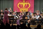 Mottogetreu sind auch die Kleider: die Menzinger Musiker auf der Bühne in der Schützenmatt. (Bild: Maria Schmid (Menzingen, 25. März 2017))