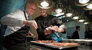 Küchenchef Johan Breedijk (links) und Gastkoch Rafael Martinez bereiten die Fleischstücke vor. (Bilder: Corinne Glanzmann (Luzern, 26. März 2018))