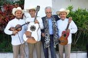 Der Obwald-Intendant Martin Hess (dritter von links) mit der mexikanischen Band Trio Guardianes de la Huasteca. (Bild: Claudia Curiel)